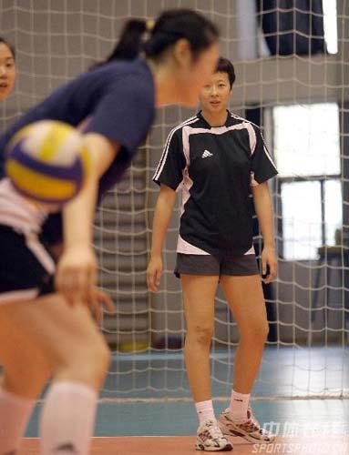 图文:中国女排备战总统杯 老队长冯坤投入训练