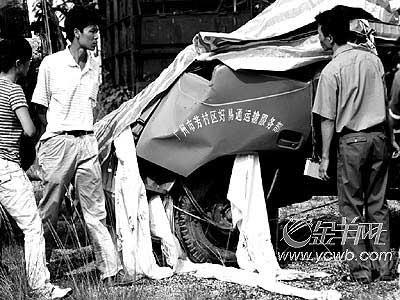 上图:吴秀梅的家属认真查看被打捞出来的蓝色货车。
