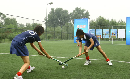 图文:第六届体育节拉开帷幕 曲棍球项目展示