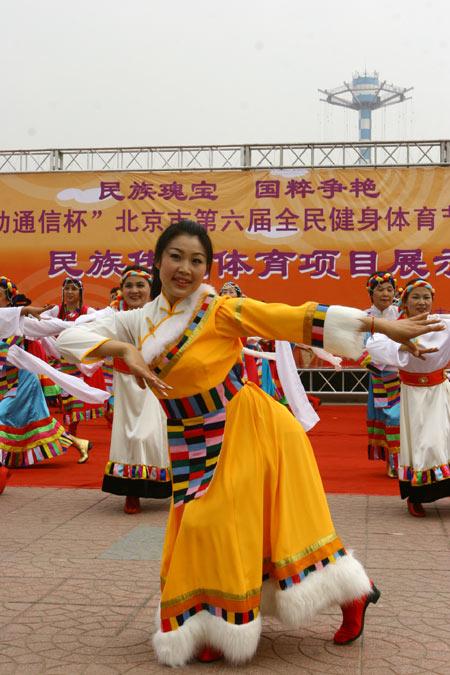 图文:第六届体育节拉开帷幕 民族传统体育展示