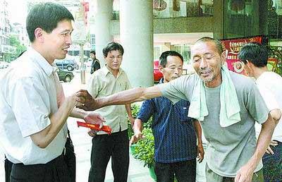 """6月22日,谢凤运(右)指着九江大桥坍塌事故中被救下的司机黄依说:""""我还认得他""""。新华社记者 壮锦 摄"""