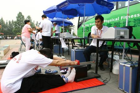 图文:体质测试及专家咨询活动 测量身体柔软度