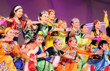 图文:奥林匹克文化节盛大开幕 民族舞表演