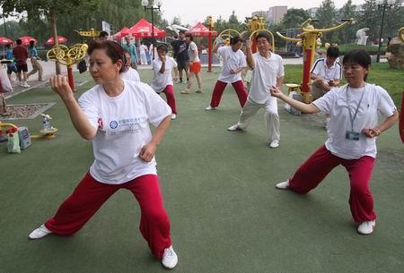 图文:奥林匹克文化节盛大开幕 耍耍太极拳