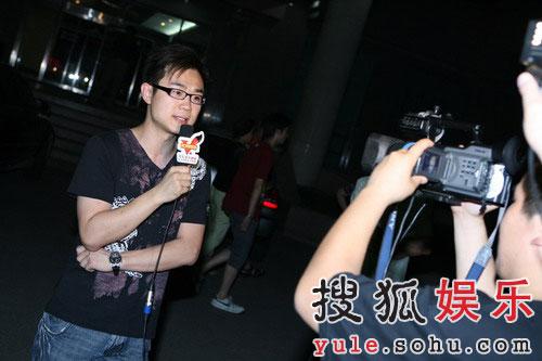 搜狐娱乐支持人大鹏在做现场报道