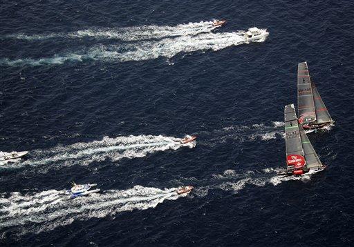 美洲杯帆船赛 一战 图文/图文:美洲杯帆船赛第一战多支小艇尾随在后
