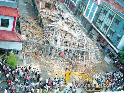 昨日清晨,仙桃市沔城镇一在建小商品市场部分突然垮塌