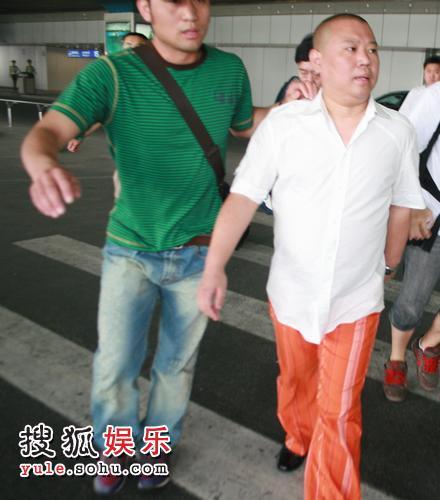 图为郭德纲急返抵达北京