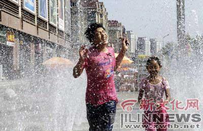 入夏以来,长春持续高温,两个孩子在某商场外的喷泉处享受片刻清凉 本报记者 阚旋 摄