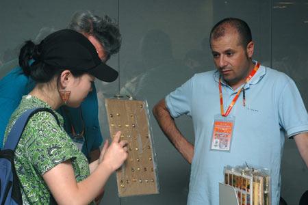 图文:奥林匹克收藏博览会 展览者与游客沟通