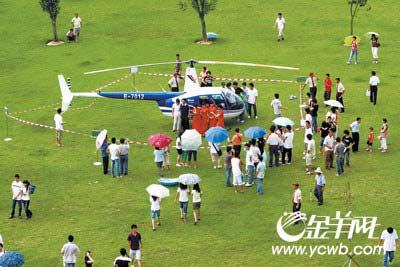 直升机吸引了众多师生的眼球