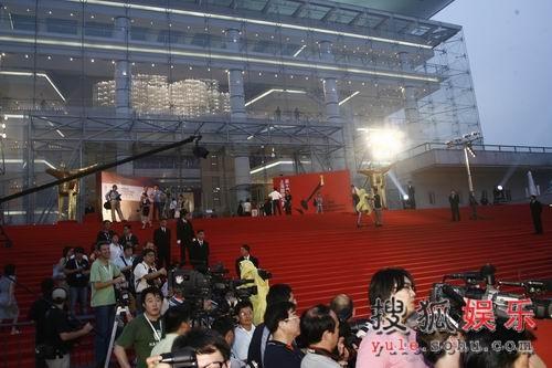 """上海电影节闭幕式 众媒体""""圈地""""忙"""