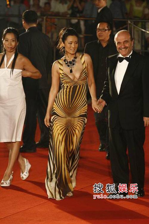 图:上海电影节闭幕红毯巩俐惊艳红毯 11