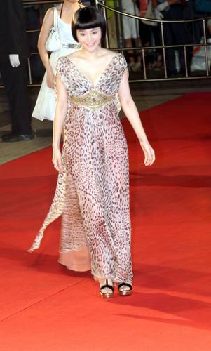 图:上海电影节闭幕红毯 范冰冰纱裙飘逸
