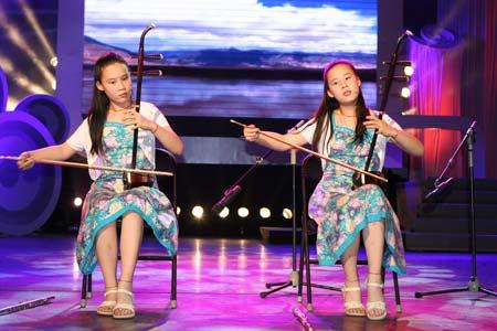 双胞胎姐妹乐器演奏