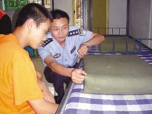 """劳教民警军训劳教人员,叠""""豆腐干""""被子。"""
