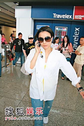 刚下飞机的郑秀文一见到记者立刻黑脸