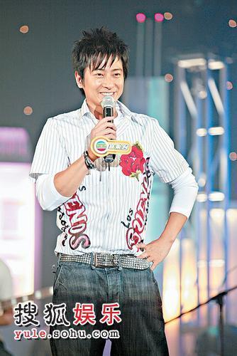 舞台上的孙耀威很开心