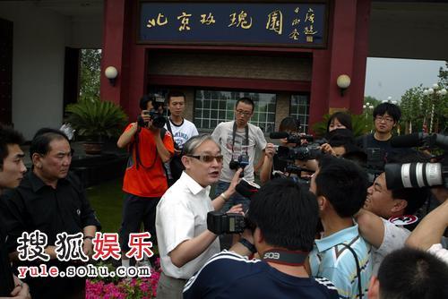 薛川一出现就被记者包围