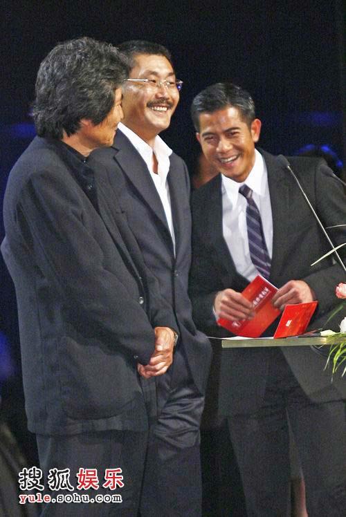 三位男星笑成一团