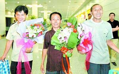 英雄乘机回到了家乡,鲜花奉上家乡人民的钦敬。