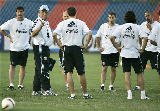 图文:阿根廷美洲杯最后备战 巴西莱给予指导