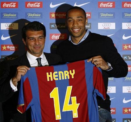 图文:亨利正式加盟巴萨 亨利展示14号球衣