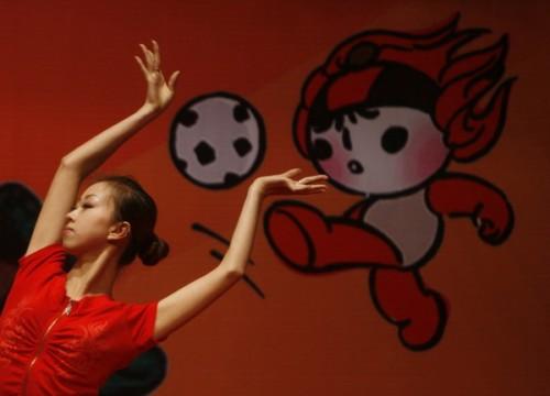 一位北京体育大学的志愿者在舞蹈《青春节拍》中伸出双臂。