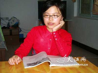 高考结束了,尹薇还是喜欢看看书。