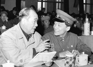 1979年,侯耀文(右)和父亲侯宝林一起出席第四次全国文代会的曲艺工作者协会会议  供图/新华社