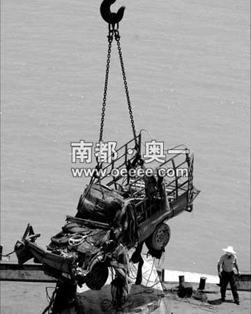 昨天上午11时40分,第四辆失踪车(粤JY2459)被打捞出水。本报记者陈志刚摄