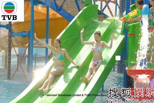 9号王君馨和10号黄彦欣玩水滑梯时开心大叫