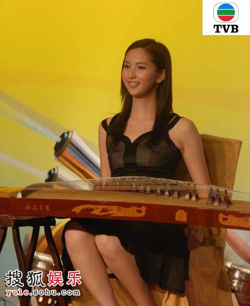2号何傲儿凭弹古筝而夺得「香港小姐旅游大使」