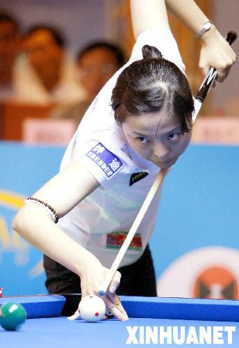 图文:九球排名赛女子决赛 李佳使用跳球绝技