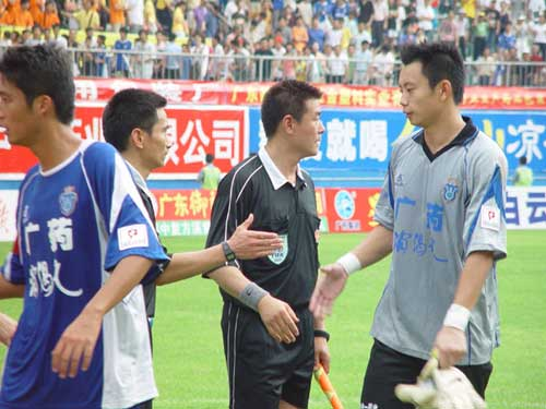 图文:[中甲]广药2-1舜天 李帅与主裁判握手