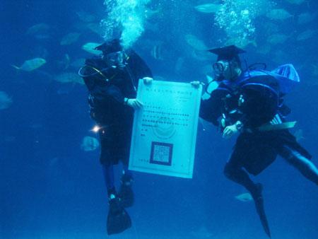 校长在水中颁发毕业证书。