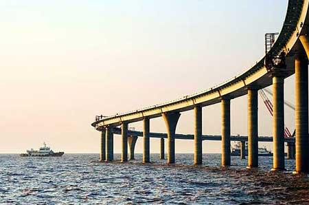 杭州湾跨海大桥今日全线贯通。