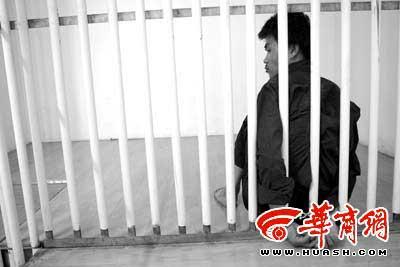 """""""丐帮""""帮主""""黑熊""""已被刑事拘留 本报记者 李杰 摄"""