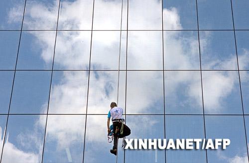 """6月25日,法国 """"蜘蛛人""""阿兰·罗伯特在乌克兰首都基辅攀爬一座16层的建筑。"""