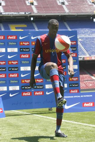 图文:巴塞罗那签约亚亚-图雷 展示球技