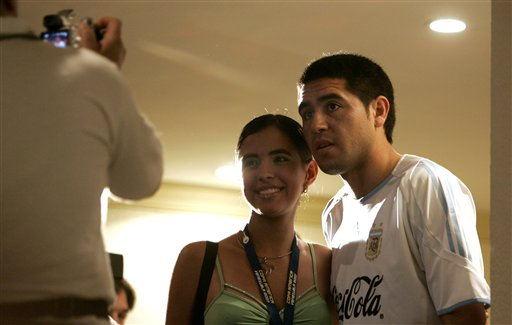 图文:阿根廷备战美洲杯 里克尔梅与女球迷合影
