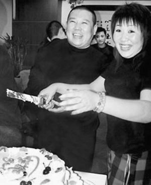 喜气洋洋的郭德纲和妻子王惠