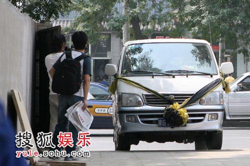 记者误以为是侯耀文的灵车到达