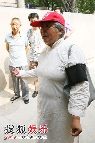 这位大姐衣着正式 仿如自己至亲去世 由此可以看出对侯老师的敬重之情