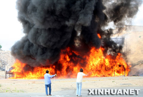6月26日,在伊朗首都德黑兰附近的一个焚烧毒品现场,焚烧的毒品燃起滚滚浓烟。