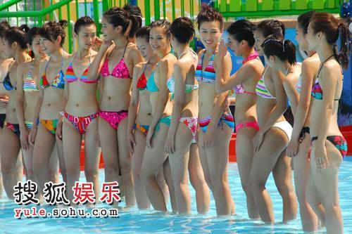 组图:港姐候选外拍 佳丽们在水上乐园嬉戏1