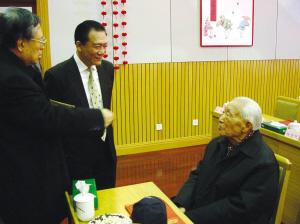 不久前,侯耀文慰问文工团退休干部