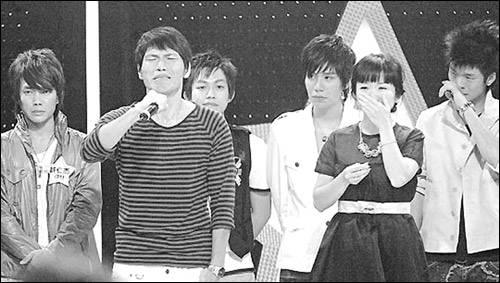 """6月10日,""""超级星光大道""""最红的选手杨宗纬(左二)因年龄造假事件宣布退出比赛"""