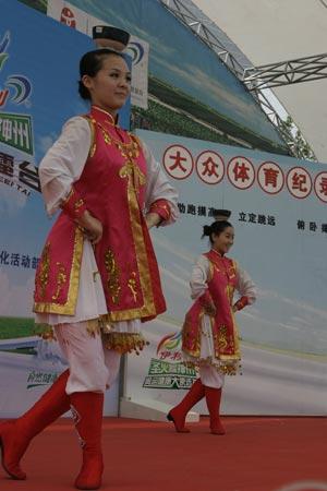 图文:伊利奥运健康中国行保定现场 赛前舞蹈秀