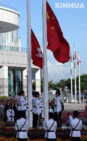 2006年7月1日,为庆祝香港回归祖国暨特别行政区成立九周年,香港特区政府在香港金紫荆广场举行升旗仪式。 新华社记者 吕小炜摄
